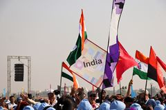 Marschierende opning Zeremonie der Teilnehmerlandflagge an 29. internationalem Drachenfestival 2018 - Indien Stockfotografie