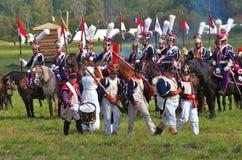 Marschierende Soldaten und Pferdereiter Lizenzfreies Stockbild