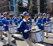 Marschmusikband, handelsresande i en ståta i New York City, NYC, NY, USA Arkivfoto