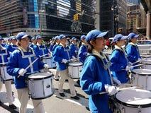 Marschmusikband, handelsresande i en ståta i New York City, NYC, NY, USA Arkivfoton
