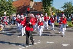 Marschmusikband som går i en holländsk bygdparad arkivfoton