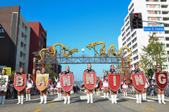 Marschmusikband under den 117. guld- Dragon Parade Royaltyfria Bilder