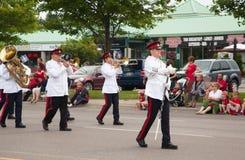Marschmusikbandet av regulatorgeneralens vakterna för häst under den Kanada dagen ståtar Arkivbild