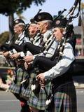 Marschmusikbandet på Sts Patrick dag ståtar Fotografering för Bildbyråer