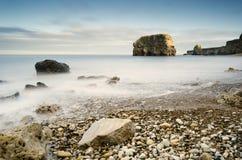 Marsden岩石在平稳的水中 库存图片