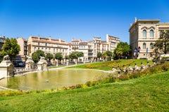 Marseille, France Cascadez la fontaine et un étang au fond du palais de Longchamp Photos libres de droits