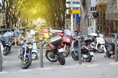 Marseille, France, le 12 octobre 2018 Des motos et les scooters nombreux sont garés à côté du trottoir, paysage urbain d'automne photos stock
