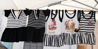 MARSEILLE, FRANCE - VERS EN JUILLET 2014 : Robes de filles au stree Photo stock