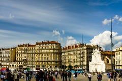Marseille, Francja - 2019 Miejscowi i turystyczny odprowadzenie przez Starego portu Marseille zdjęcia stock