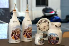MARSEILLE, FRANCJA - OKOŁO LIPIEC 2014: Sprzedaży pamiątkarski crockery w a Obrazy Stock