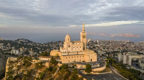MARSEILLE FRANCJA, PAŹDZIERNIK, - 02, 2017: Widok z lotu ptaka Notre-Dame de los angeles Garde, symbol Marseille Obrazy Stock