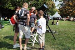 MARSEILLE FRANCJA, SIERPIEŃ, - 26: Rodzina stoi blisko teleskopu i Fotografia Stock