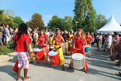 MARSEILLE, FRANKRIJK - AUGUSTUS 26: Meisjes die trommel spelen. Marseille Fes royalty-vrije stock afbeeldingen