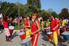 MARSEILLE, FRANKRIJK - AUGUSTUS 26: Spelers op Afrikaanse trommels. Marseil royalty-vrije stock afbeeldingen