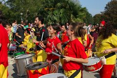 MARSEILLE, FRANKRIJK - AUGUSTUS 26: Spelers op Afrikaanse trommels. Marseil royalty-vrije stock foto's