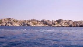 Marseille, Frankrijk, Eiland Frioul en Kasteel D ` als, mening van een boot stock videobeelden
