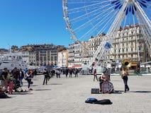 Marseille Frankrijk - 05 08 2017: Heldere zonnige dag De straatmusici op de dijk van de Oude Haven onderhouden toeristen stock afbeeldingen