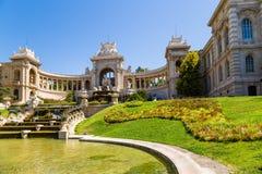 Marseille, Frankrijk Longchamppaleis en draperende fontein met een vijver Stock Foto