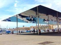 Marseille, Frankrijk - September 08, 2015: Toeristen die onder het wijzen van het afbaarden bij Oude haven lopen Royalty-vrije Stock Foto