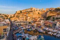 Marseille Frankrike - Augusti 03, 2017: Fiskebåtar i hamnen Val Royaltyfri Bild