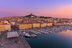Marseille Frankrike - Augusti 03, 2017: Gammal port och basilika av inget Royaltyfria Foton