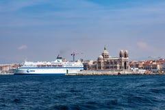 Marseille Frankrike - Augusti 12, 2012 Kryssningskepp på stranden Fotografering för Bildbyråer