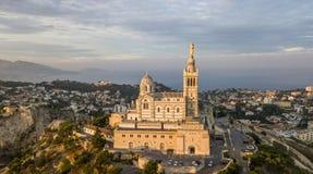 MARSEILLE FRANKRIKE - OKTOBER 02, 2017: Flyg- sikt av Notre-Dame de la Garde, symbol av Marseille Royaltyfri Bild
