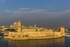 MARSEILLE FRANKRIKE - OKTOBER 02, 2017: Solnedgångsikt av fortet Helgon-Jean i Marseille Fotografering för Bildbyråer