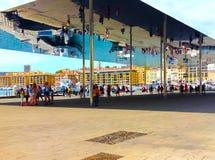 Marseille Frankrike - September 08, 2015: Turister som går under den reflekterande markisen på gammal port Royaltyfri Foto