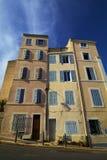 Marseille Frankrike Typisk radhus i medelhavs- stad historisk arkitektur Arkivfoton