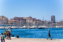 Marselha, France Beliches no porto velho, no Saint Nicolas do forte do fundo Foto de Stock
