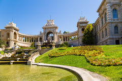 Marselha, France Palácio de Longchamp e fonte de conexão em cascata com uma lagoa Foto de Stock