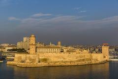 MARSELLA, FRANCIA - 2 DE OCTUBRE DE 2017: Opinión de la puesta del sol del fuerte Santo-Jean en Marsella imagen de archivo