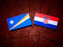 Marshall Islands flagga med den kroatiska flaggan på en isolat för trädstubbe Arkivfoton
