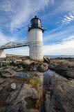 Marshall Point Light som sett från den steniga kusten av port Clyde, Arkivbild