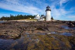 Marshall Point Light som sett från den steniga kusten av port Clyde, Maine Arkivfoto