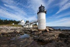 Marshall Point Light som sett från den steniga kusten av port Clyde, Maine Royaltyfria Bilder