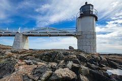 Marshall Point Light som sett från den steniga kusten av port Clyde, Maine Arkivbilder