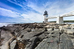 Marshall Point Light zoals die van de rotsachtige kust van Haven Clyde wordt gezien, Stock Foto's