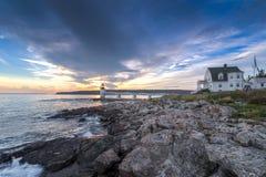 Marshall Point Lighthouse Shoreline och vårdarehus royaltyfria bilder