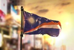 Marshall wysp flaga Przeciw miasta Zamazanemu tłu Przy wschodem słońca Zdjęcia Stock