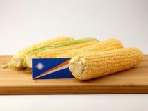 Marshall wyspy zaznaczają na drewnianym panelu z kukurudzą odizolowywającą na a fotografia royalty free