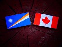 Marshall wyspy zaznaczają z kanadyjczyk flaga na drzewnym fiszorku odizolowywającym zdjęcie royalty free