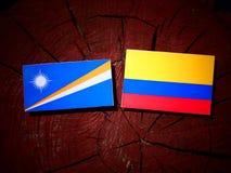 Marshall wyspy zaznaczają z Kolumbijską flaga na drzewnego fiszorka isolat zdjęcia stock