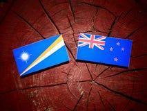 Marshall wyspy zaznaczają z Nowa Zelandia flaga na drzewnego fiszorka isol zdjęcie stock
