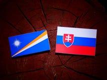Marshall wyspy zaznaczają z Slovakian flaga na drzewnego fiszorka isolat obrazy royalty free