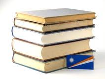 Marshall wyspy zaznaczają z stosem książki odizolowywać na białym backg fotografia stock