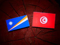 Marshall wyspy zaznaczają z tunezyjczykiem flaga na drzewnym fiszorku odizolowywa fotografia stock