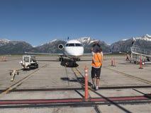 Marshalling um avião em Jackson Hole, aeroporto de Wyoming Imagens de Stock