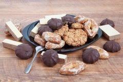 Marshmallow, βάφλα, και άλλα γλυκά που βρίσκονται στο μαύρο πιάτο στοκ εικόνες με δικαίωμα ελεύθερης χρήσης